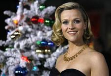 """<p>Foto de archivo de la actriz Reese Witherspoon durante el estreno de la cinta """"Four Christmases"""" en Hollywood, EEUU, 20 nov 2008. El dominio de un mes de duración que llevaba James Bond en lo más alto de la taquilla en Gran Bretaña llegó a su fin este fin de semana, cuando la comedia """"Four Christmases"""" trepó al puesto número uno. REUTERS/Mario Anzuoni</p>"""