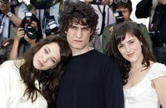 """<p>Elenco do filme """"A Fronteira da Alvaroda"""": Clementine Poidatz (esq.), Laura Smet (dir.) e Louis Garrel no festival de Cannes. REUTERS/Vincent Kessler</p>"""