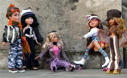 <p>Bamboline Bratz e Barbie (al centro)esposte al Dream Toys 2004 di Londra. REUTERS/Stephen Hird</p>