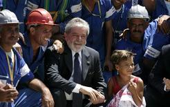 <p>El presidente de Brasil, Luiz Inácio Lula da Silva, posa con empleados en la favela Complexo do Alemao durante una visita en Río de Janeiro 4 dic 2008. La popularidad del presidente de Brasil, Luiz Inácio Lula da Silva, continuó creciendo para superar su propio récord anterior, al alcanzar al 70 por ciento de la población, mostró el viernes una encuesta del Instituto Datafolha. REUTERS/Bruno Domingos (BRASIL)</p>