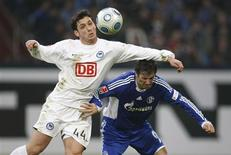 <p>Kacar, do Hertha Berlin, e Krstajic, do Schalke 04, disputam bola em partida neste sábado.</p>