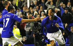 <p>Lescott (direita), do Everton, comemora depois de marcar contra o Aston Villa em Liverpool</p>