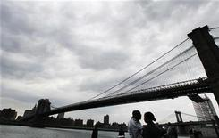 <p>A couple embrace below the Brooklyn Bridge in New York May 21, 2008. REUTERS/Lucas Jackson</p>