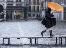 """<p>Place Saint Marc à Venise. Pour attirer les touristes malgré des inondations sans précédent depuis une vingtaine d'années, les hôtels vénitiens proposent des formules spéciales """"marée haute"""" avec équipement et bottes gratuites. /Photo prise le 10 décembre 2008/REUTERS/Manuel Silvestri</p>"""