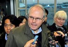 <p>Посланник США на переговорах с КНДР Кристофер Хилл разговаривает с журналистами по прибытию в Сеул, 6 декабря 2008 года Переговоры с Северной Кореей по поводу ее ядерной программы в среду закончились безрезультатно, сказал посланник США на переговорах Кристофер Хилл. REUTERS/Jung Yeon-Je/Pool (SOUTH KOREA)</p>