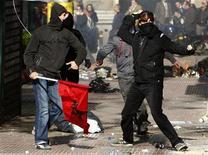 <p>Бастующие забрасывают камнями здание парламента Греции в Афинах, 10 декабря 2008 года В Греции в среду началась всеобщая 24- часовая забастовка против экономической политики правительства. REUTERS/Yiorgos Karahalis (GREECE)</p>