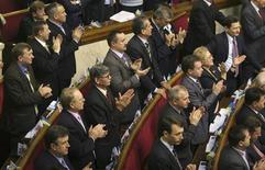 <p>Депутаты Верховной Рады Украины аплодируют после голосования, 9 декабря 2008 года Украинский парламент одобрил в первом чтении законопроект, который позволит сэкономить на содержании чиновников в период кризиса REUTERS/Vladimir Sindeev (UKRAINE)</p>