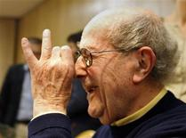 <p>Portuguese director Manuel de Oliveira gestures during a news conference in Lisbon December 6, 2008. REUTERS/Jose Manuel Ribeiro</p>