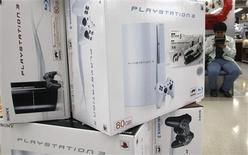 <p>Videogames são vistos em loja de eletrônicos em Tóquio, no Japão, no dia 29 de outubro. As vendas de hardware e software de videogames nos Estados Unidos subiram 10 por cento em novembro ante o mesmo período de 2007, informou o grupo de pesquisa NPD, enquanto a Nintendo informou que o console Wii e o portátil DS estabeleceram recordes de vendas nos EUA no mês passado. REUTERS/Kim Kyung-Hoon (JAPAN) (Newscom TagID: rtrphotosthree767745) [Photo via Newscom]</p>