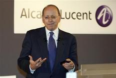 <p>Le nouveau directeur général d'Alcatel-Lucent, Ben Verwaayen. L'équipementier télécoms a annoncé vendredi un plan de recentrage assorti de nouvelles réductions de coûts et d'objectifs de rentabilité inférieurs au consensus, fondés sur une hypothèse de contraction de 8% à 12% du marché des télécoms en 2009. /Photo prise le 12 décembre 2008/REUTERS/Charles Platiau</p>