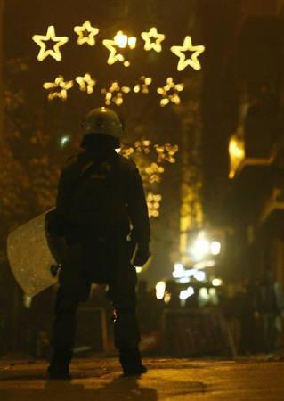 A riot policeman faces protesters during riots in central Athens December 14, 2008. REUTERS/Yiorgos Karahalis