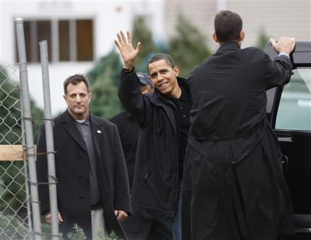 President-elect Barack Obama waves after buying a Christmas tree in Chicago, December 14, 2008. REUTERS/John Gress