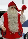 <p>Foto de archivo de un hombre vestido como Santa Claus proveniente de Finlandia a su llegada a un aeropuerto en Budapest, 5 dic 2008. Alguna vez se ha preguntado cómo Santa Claus puede viajar alrededor del mundo en tan solo una noche en un trineo impulsado por renos y repartir juguetes a todos los niños? REUTERS/Karoly Arvai</p>