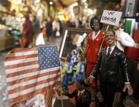 <p>Barack Obama et son épouse Michelle vont faire leur entrée cette année dans les crèches italiennes, aux côtés du petit Jésus et des rois mages, des artisans napolitains fabriquant des personnages de la crèche ayant conçu des figurines à leur effigie. /Photo prise le 10 décembre 2008/REUTERS/Ciro De Luca/Agnfoto</p>