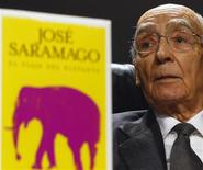 """<p>El escritor portugués Jose Saramago habla en una conferencia de prensa en Madrid, 16 dic 2008. Tras haberse recuperado de una enfermedad que hizo temer por su vida, el escritor portugués Jose Saramago vuelve con una novela: """"El viaje del elefante"""". A sus 86 años y dos años después de publicar sus """"Pequeñas memorias"""", Saramago publica lo que él prefiere llamar un cuento basado en un hecho histórico pero en el que hay un 95 por ciento de invención y un 5 por ciento de realidad. REUTERS/Rocio Pelaez (ESPANA)</p>"""