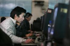 <p>Usuarios de internet en un cibercafé en Pekín, China, 2 abr 2008. El Ministerio de Relaciones Exteriores de China dijo el martes que el país tenía el derecho a bloquear portales de internet con contenido ilegal según la legislación de su país, incluyendo páginas web que hablan de China y Taiwán como dos países diferentes. REUTERS/Claro Cortes IV</p>