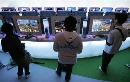Visitors try out new software for Microsoft's video game console Xbox 360 at the Tokyo Game Show 2008 in Chiba, east of Tokyo, October 11, 2008. REUTERS/Yuriko Nakao/Files