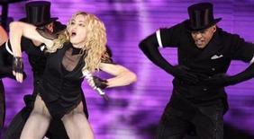 """<p>La cantante Madonna se presenta para su gira """"Sticky and Sweet"""" en Río de Janeiro, 14 dic 2008. La estrella pop estadounidense Madonna y su ex marido Guy Ritchie dijeron el miércoles que un comunicado emitido en nombre de la cantante detallando los términos de su divorcio era """"engañoso e incorrecto"""". REUTERS/Sergio Moraes</p>"""