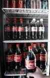 <p>Un cliente selecciona una botella de Coca-Cola en un supermercado en Melbourne, Australia, 17 nov 2008. Coca-Cola Co y PepsiCo Inc informaron el miércoles que recibieron la autorización del regulador estadounidense para el uso de endulzantes naturales libres de calorías derivados de la planta estevia, y que planean lanzar nuevas bebidas en las próximas semanas. REUTERS/Mick Tsikas</p>