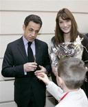 <p>Presidente da França, Nicolas Sarkozy, e sua mulher, Carla Bruni, participam de uma festa de Natal em Paris. REUTERS/Francois Mori/Pool</p>