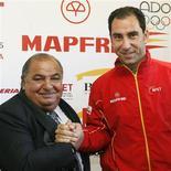 <p>Novo capitão da Espanha na Copa Davis, Albert Costa, com o presidente da Federação Espanhola de Tênis, Pedro Muñoz, durante coletiva de imprensa em Barcelona. REUTERS/Albert Gea (SPAIN)</p>