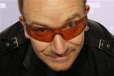 """<p>I rocker irlandesi U2 hanno trovato un titolo al loro prossimo album, che uscirà in contemporanea mondiale ai primi di marzo: si chiamerà """"No Line On The Horizon"""". REUTERS/Benoit Tessier (FRANCE)</p>"""