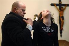 <p>Fernando Nogueira in comunicazione con gli spiriti nel suo centro per esorcismi a Fafe. Picture taken December 6. REUTERS/Jose Manuel Ribeiro (PORTUGAL)</p>