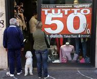 <p>Un quinto dei negozi di abbigliamento esaminati in cinque grandi città italiane ha truccato gli sconti nell'ultima stagione di saldi, secondo un'inchiesta condotta da un'associazione per i diritti dei consumatori diffusa oggi. REUTERS/Max Rossi (ITALY)</p>