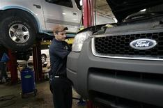 <p>Auto mechanic Paul Cook works on a customer's Ford Escape SUV in the service department of a Ford car dealership in Warren, Michigan December 18, 2008. REUTERS/Rebecca Cook</p>
