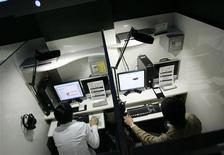 <p>Les grandes maisons de disques américaines ont décidé vendredi d'abandonner les poursuites à l'encontre des internautes téléchargeant illégalement de la musique et d'opter plutôt pour une riposte graduée en collaboration avec les fournisseurs d'accès. /Photo d'archives/REUTERS</p>