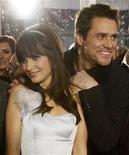 """<p>El actor Jim Carrey (derecha) posa junto a su coestrella Zooey Deschanel en el estreno de su película """"Yes Man"""" en el teatro Mann Village en Westwood, California, 17 dic 2008. REUTERS/Mario Anzuoni (UNITED STATES)</p>"""