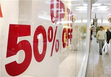 Shoppers spend the last weekend before the Christmas holiday looking for deals in the Fair Oaks Mall in Virginia, December 21, 2008. REUTERS/Larry Downing
