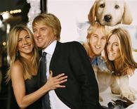 """<p>Jennifer Aniston e Owen Wilson posam junto ao cartaz do filme """"Marley & Eu"""". O filme, que estréia no dia de Natal, conta a história de John e Jenny Grogan, recém-casados donos de um labrador chamado Marley, a quem chamam de """"o pior cachorro do mundo"""". REUTERS/Mario Anzuoni</p>"""