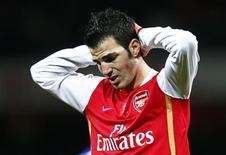 <p>O capitão do Arsenal, Cesc Fabregas, vai ficar longe dos gramados por até quatro meses devido a uma lesão no ligamento do joelho, informou o técnico do clube inglês, Arsene Wenger. REUTERS/Eddie Keogh</p>