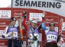 <p>Manuela Moelgg sul podio con Kathrin Zettel e Lara Gut. REUTERS/ Dominic Ebenbichler</p>