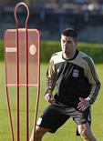 <p>Il capitano del Liverpool Steven Gerrard durante un allenamento. REUTERS/Phil Noble</p>