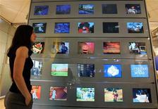 <p>Les chaînes de télévision françaises vont tenter en 2009 de mieux valoriser leur audience sur internet, relais de croissance naissant dans un marché publicitaire morose, notamment en développant la diffusion de vidéos sur leurs sites. /Photo d'archives/REUTERS/Eric Gaillard</p>