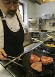 <p>Lo chef Matteo Scibilia in cucina nel suo ristorante di Ornago. REUTERS/Alessandro Garofalo</p>