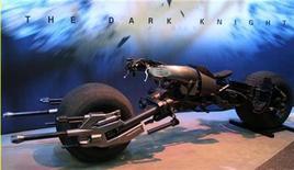 """<p>Foto de archivo de la moto utilizada por Batman en la cinta """"The Dark Knight"""" durante una exhibición en Nueva York, 19 jun 2007. Las películas de calidad y un aumento en los precios de los boletos ayudó a sostener a Hollywood durante el 2008 pese a la recesión, mientras que el 2009 promete más filmes tridimensionales y una que otra megaproducción para seguir atrayendo espectadores. REUTERS/Jamie Fine</p>"""