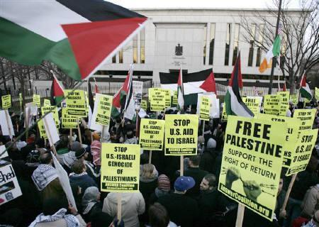 1月3日、国連安保理がガザ侵攻で緊急協議を開いたが合意得られず。写真は米ワシントンのエジプト大使館前でデモをするパレスチナ支援者ら。2日撮影(2009年 ロイター/Yuri Gripas)