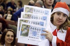 """<p>Una donna attende l'estrazione del vincitore della lotteria """"El Gordo"""" a Madrid, nel dicembre 2008. REUTERS/Susana Vera</p>"""