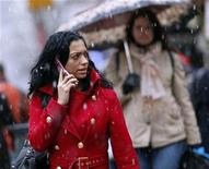<p>Large snowflakes fall as people walk up Lexington Avenue in New York December 16, 2008. REUTERS/Chip East</p>