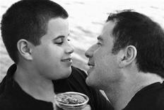 <p>Foto sin fechar entregada por la familia de Jett Travolta (izquierda en la imagen) junto a su padre, John Travolta. El cuerpo del hijo de 16 años de John Travolta, Jett, fue cremado en Bahamas luego de su repentina muerte la semana pasada y sus padres viajaron a Florida con sus cenizas, dijo el martes un legislador local. REUTERS/Courtesy of the Travolta family/Rogers & Cowan/Handout</p>