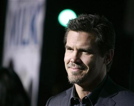 Cast member Josh Brolin arrives for the Los Angeles premiere of the film ''Milk'' at the Academy of Motion Pictures Arts and Sciences in Beverly Hills, California, November 13, 2008. REUTERS/Danny Moloshok