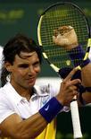 <p>O espanhol Rafael Nadal comemora vitória sobre Fabrice Santoro no torneio do Catar. REUTERS/Steve Crisp (QATAR)</p>