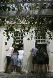 <p>visitantes olham janelas da casa de Hemingway, em Havana REUTERS/Claudia Daut (CUBA)</p>