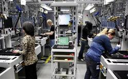 <p>Trabalhadores são vistos em fábrica da Dell em Lodz, na Polônia, em foto tirada em 23 de janeiro de 2008. REUTERS/Dell/Handout (POLAND). NO SALES. NO ARCHIVES. FOR EDITORIAL USE ONLY. NOT FOR SALE FOR MARKETING OR ADVERTISING CAMPAIGNS.</p>