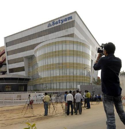 A news cameraman films outside the headquarters of Satyam Computer, the country's fourth-largest software company, in Hyderabad January 8, 2009. REUTERS/Krishnendu Halder