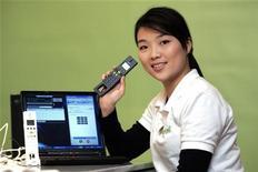 <p>Un modello di telefono che funziona con Skype REUTERS/Richard Chung</p>