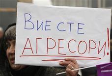 <p>Женщина держит плакат во время митинга протеста возле посольства Украины в Софии 8 января 2009 года. Украина, отрезанная с 1 января от импорта российского газа, намерена помочь страдающим от зимних холодов Молдавии и Болгарии, организовав поставки газа из собственных резервов, сообщили в субботу представители секретариата президента Украины Виктора Ющенко и госхолдинга Нафтогаз. REUTERS/Oleg Popov</p>
